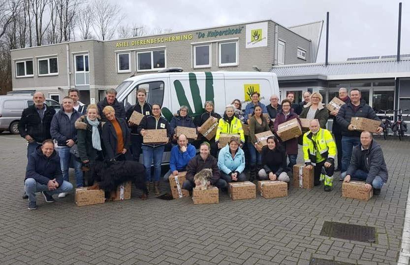 Vriendengroep verrast vrijwilligers De Kuipershoek en Dierenambulance Overgelder
