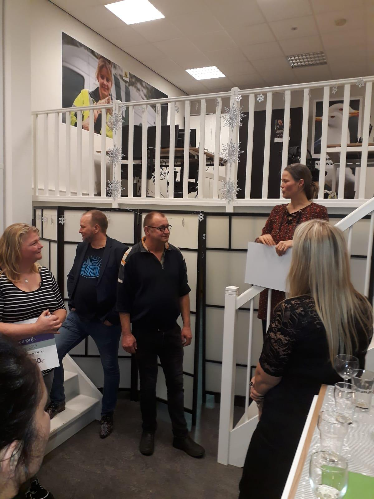 Nico krijgt de Ida Zilverschoon Prijs uitgereikt door regiomanager Eva de Ridder